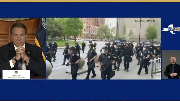 اندرو کومو، فرماندار نیویورک گفته دو ماموری که در ویدیو دیده میشوند باید اخراج شوند