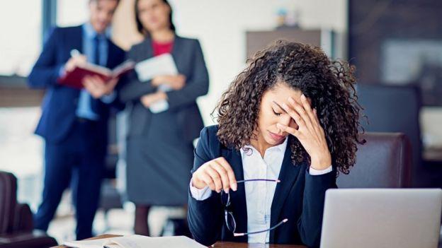 Mulher exausta no escritório