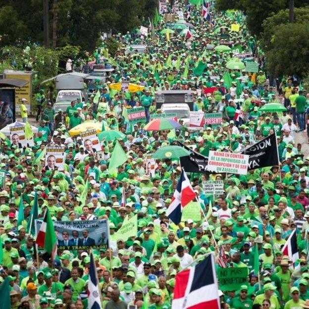 Miles de personas han protestado en marchas exigiendo justicia frente a denuncias de corrupción.