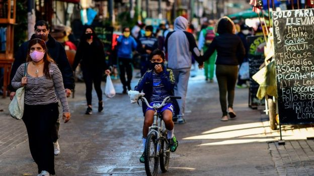 Personas caminando en barrio de Buenos Aires