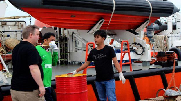 El sobreviviente del Bulk Jupiter Angelito Capindo Rojas en el barco de rescate.