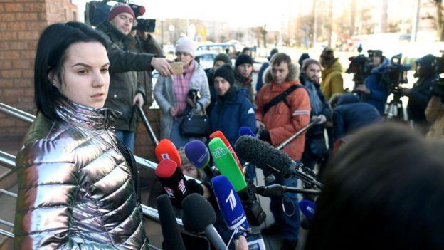 Margarita Gracheva con periodistas tras la lectura de la sentencia contra su exesposo.