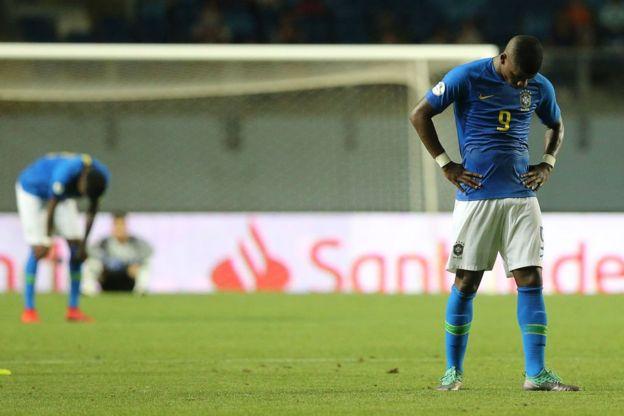 Jugadores brasileños no pueden ocultar su decepción.