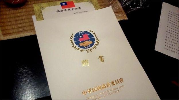 台灣僑委會每年以藍綠平衡的方式,邀請僑民出任僑領的無給職,也就是沒有薪資的職務。