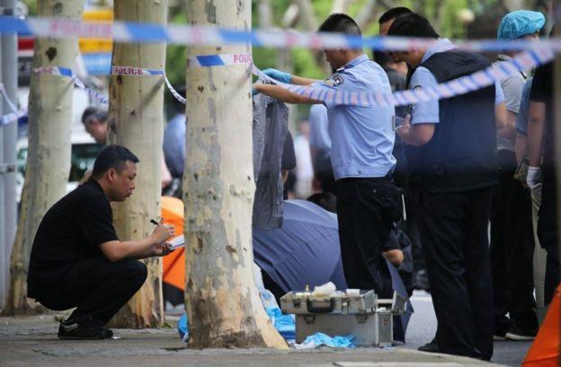 警察在命案現場拉起了警戒線。