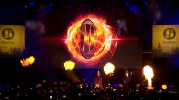 茹雅·伊戈纳托娃在伦敦温布利体育场伴随着《烈火女孩》歌声登场亮相