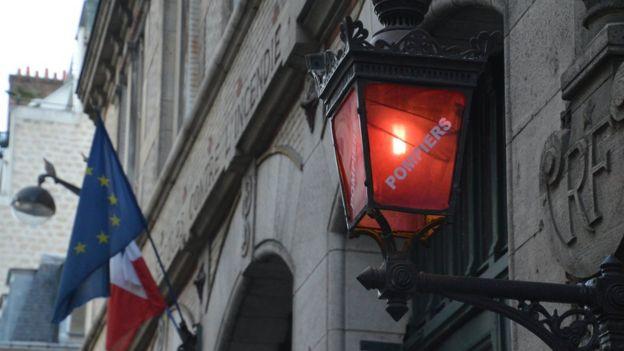 Prédio na França com bandeira do país e da União Europeia, além de inscrição com a palavra 'Pompiers', que significa 'Bombeiros'