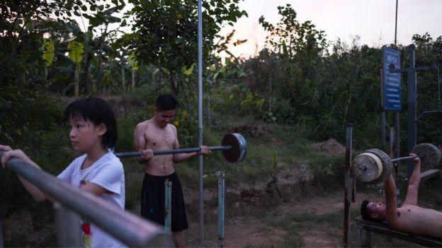 Thanh niên tập thể dục ở bờ sông Hồng