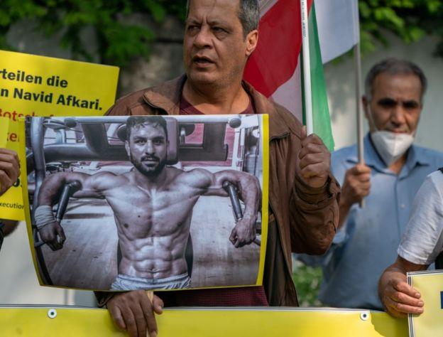 Protesta contra la ejecución de Navid Afkari frente a la embajada iraní en Berlín.