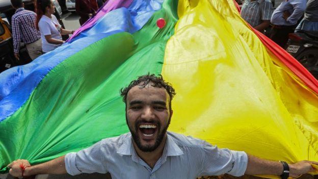 นักเคลื่อนไหวออกมาเฉลิมฉลองหลังจากศาลสูงสุดของอินเดียตัดสินว่า การรักเพศเดียวกันไม่ใช่เรื่องผิดกฎหมาย เมื่อเดือน ก.ย. 2018
