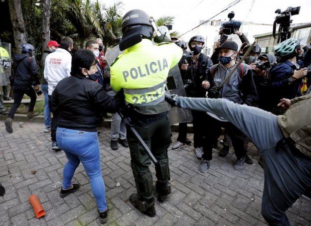 Un policía es atacado por manifestantes
