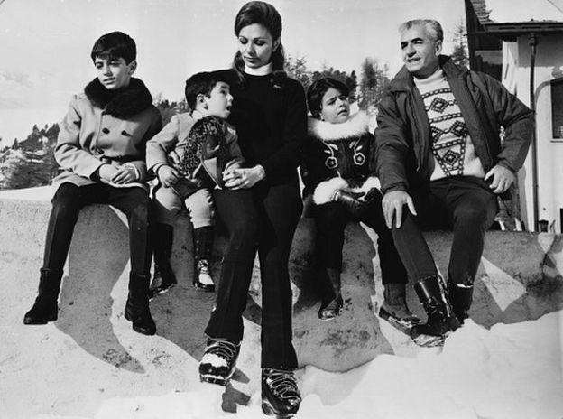 شاه و فرح در کنار فرزندانشان شاهزاده رضا، علیرضا و فرحناز