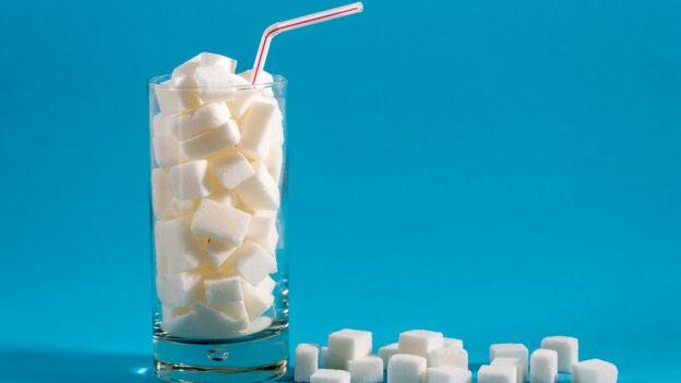 Copo cheio de cubos de açúcar