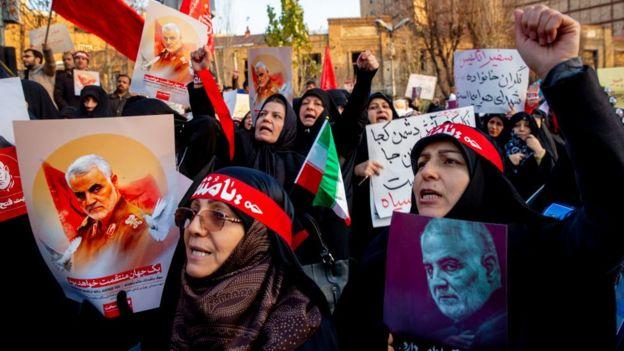 متظاهرون إيرانيون يطالبون بالانتقام لمقتل سليماني