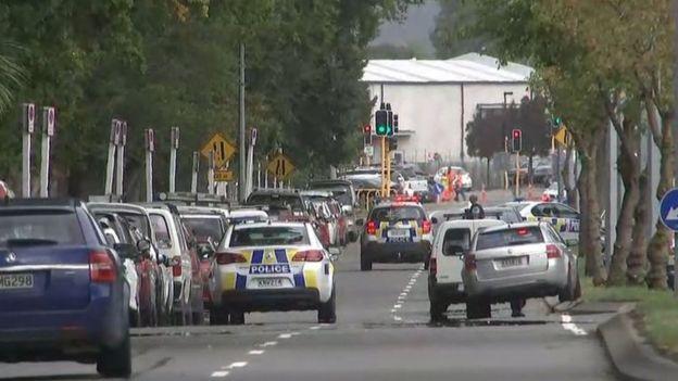 Saldırı sonrasında Christchurch'de cami önündeki polis önlemleri