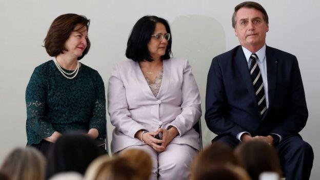 Damares (centro) com a procuradora-geral Raquel Dodge e o presidente Jair Bolsonaro, em evento no Planalto em março