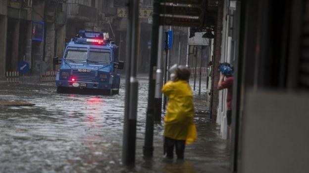 台风山竹吹袭期间一辆澳门治安警察装甲车在内港地区涉水而行(16/9/2018)