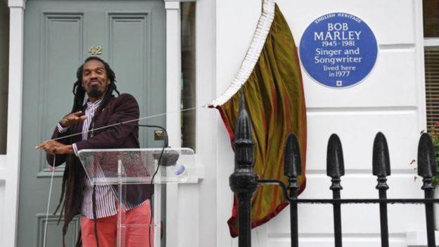"Benjamin Zephaniah yavuze ko umuziki wa Marley ""wavuye ku kirwa gito cyo muri Caraïbes nuko ususurutsa isi"""