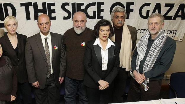 """Джереми Корбин с единомышленниками под плакатом """"Прекратить блокаду Газы!"""" 2009 год."""