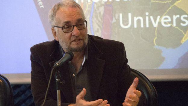 Paulo Saldiva fala no microfone durante palestra