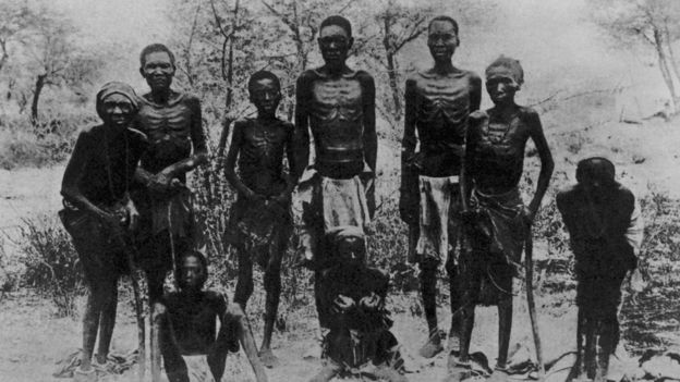 Homens e meninos herero, algemados e desnutridos