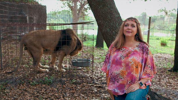 Carole Baskin y un león en una jaula