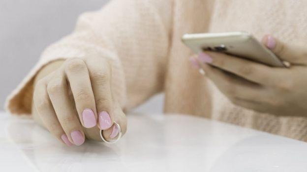 anillo y celular