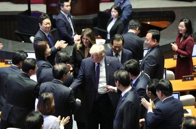 特朗普和夫人梅拉尼婭在韓國國會與議員握手。