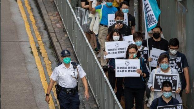 因为疫情关系,示威者难以号召上万人的游行活动。