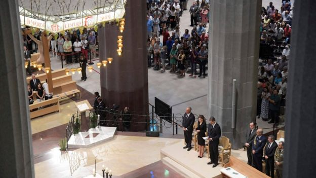 Rey Felipe y la reina Letizia de España junto a de cenas de fieles