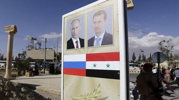 Una pancarta de Putin y Al Asad