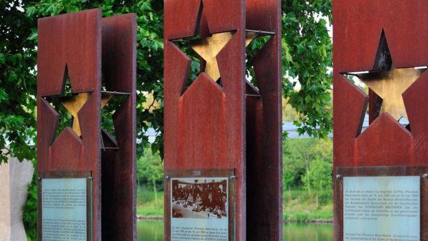 博物纪念馆场外的三个石柱是为了纪念《申根协定》的创始成员国德国、法国及荷比卢。