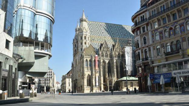 Calle vacía en Viena.