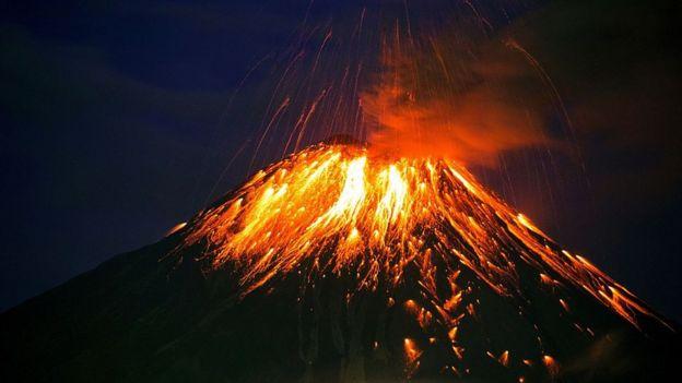 Volcán Tungurahua en erupción