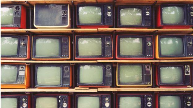 Aparelhos de televisão enfileirados