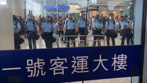 配戴防暴装备的警员已在机场内列阵戒备。