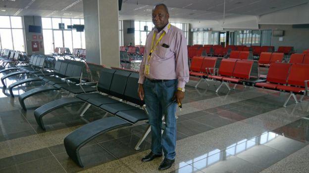 Diretor do Aeroporto de Nacala Jeronimo Tambajane dentro da sala de embarque internacional, que nunca foi usada