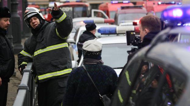 Un policía controla el área en torno a la estación de metro.