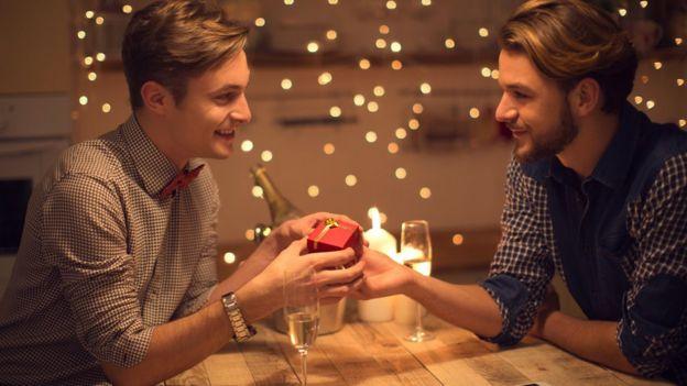 Namorados trocam presentes no Dia dos Namorados