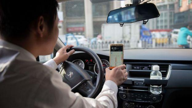 Un conductor en China con un teléfono