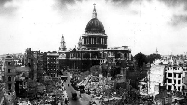 غارات سلاح الجو الألماني على مدينة لندن وكانت كارثية