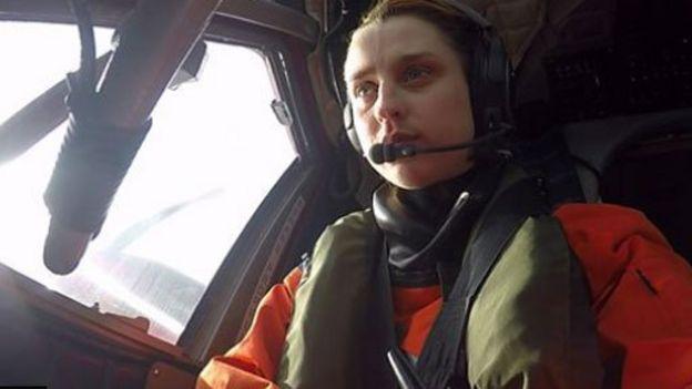 Ella Gilbert en un helicóptero