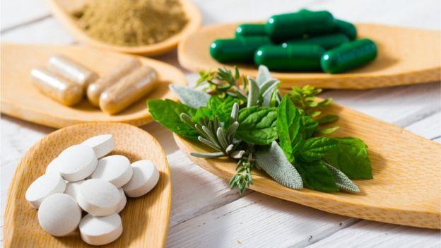 Plantas e pílulas sobre a mesa