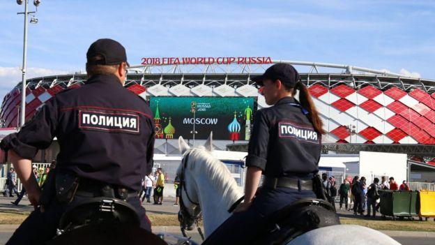 Policías frente a un estadio