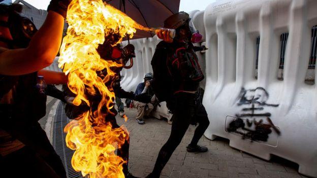 报告指香港示威者必须停止暴力。