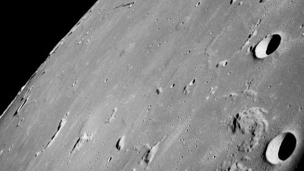 Superficie lunar con cráteres
