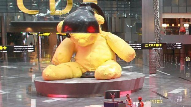 Hamad beynəlxalq hava limanında nəhəng oyuncaq ayı fiquru