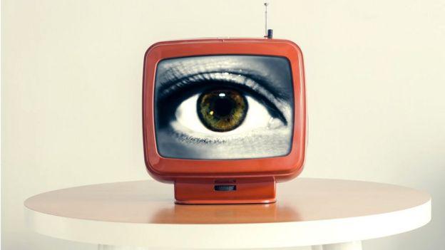 TV vintage con ojo mirándote
