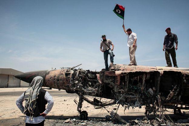 حطام طائرة ليبية مقاتلة