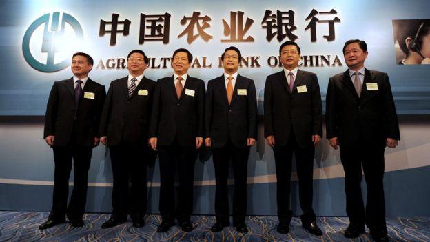项俊波(右三)在香港出席中国农业银行上市仪式(24/6/2010)